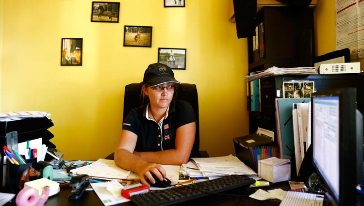 Une partie du travail de Aude se passe aussi dans son bureau. Elle doit organiser les cours, rentrer dans l'ordinateur les progrès réalisés par les élèves, et aussi par les chevaux, prendre les rendez-vous avec le vétérinaire… (© Vincent Gire/Milan presse)