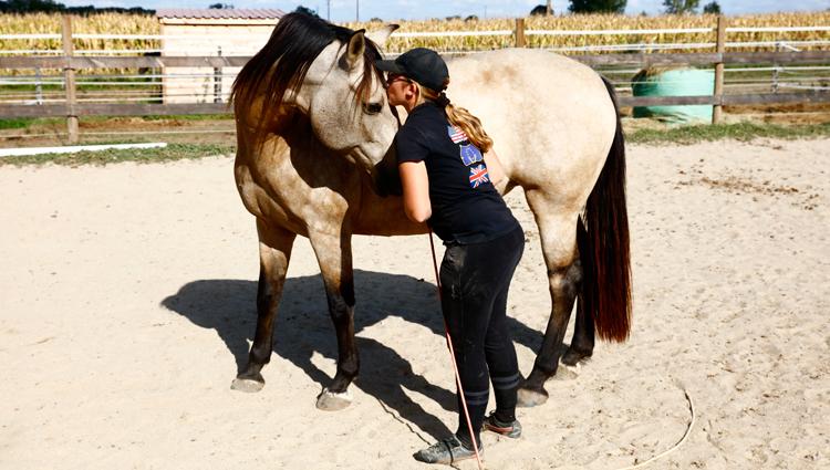 Bravo Sublime ! La jument a bien travaillé, et pour la récompenser Aude lui fait un câlin. Ces contacts sont importants pour les chevaux : ils permettent de renforcer la relation de confiance entre le cavalier et le cheval. (© Vincent Gire/Milan presse)
