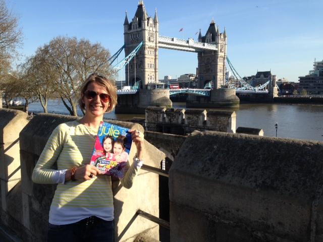 Mélissa, la rédac chef de Julie, prend la pose avec le mag devant le celèbre Pont de Londres !